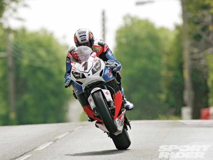 146-1209-10-z+road-racer+john-McGuinness[1]