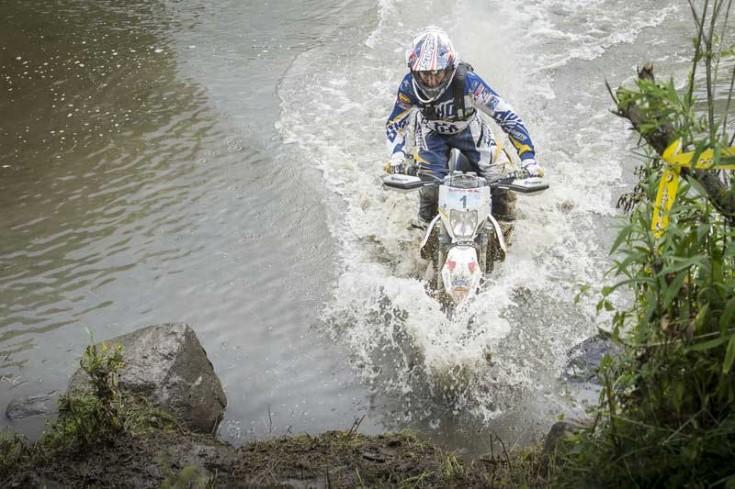Ο Graham Jarvis περνά το ποτάμι© Attila Szabo / Red Bull Content Pool