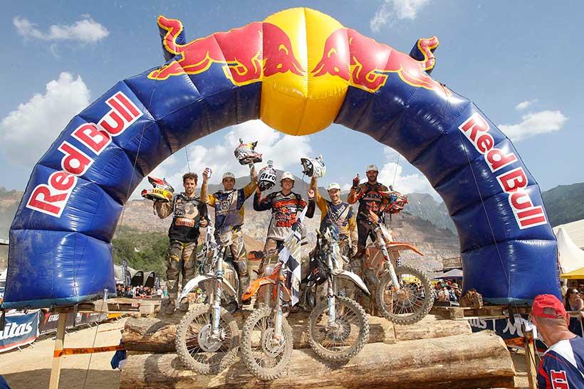 Τέσσερις εξαντλημένοι αλλά χαρούμενοι νικητές στην αψίδα των νικητών του Red Bull Hare Scramble 2015