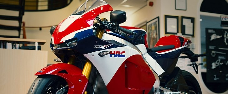 the-first-honda-rc213v-s-handed-over-to-its-new-owner-103222-7
