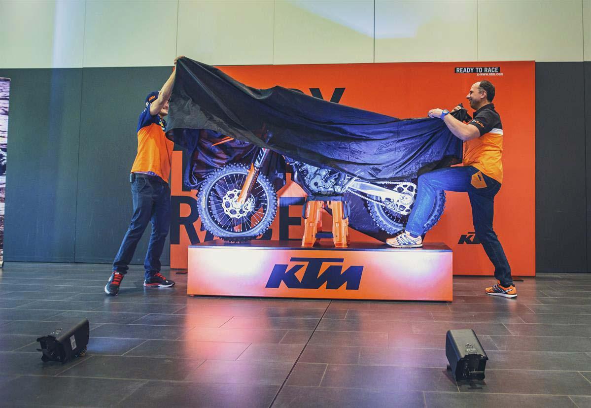 KTM-EXC_MODELO-2017_Mostrando-la-moto